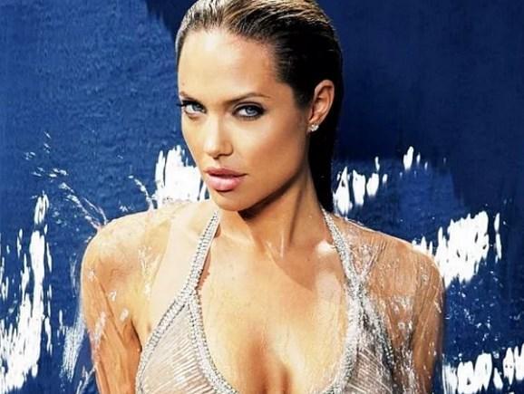 """Angelina Jolie  Bekaretini çok erken yaşta kaybeden ünlülerden biri. Hollywood'un en güzel kadınlarından olan Angelina Jolie ilk ilişkisini 14 yaşında yaşadığını açıkladı.  <a href=  http://mahmure.hurriyet.com.tr/foto/magazin/unlulerin-unutmak-istedigi-o-fotograflar_42222 style=""""color:red; font:bold 11pt arial; text-decoration:none;""""  target=""""_blank"""">  Ünlülerin Unutmak İstediği O Fotoğraflar"""