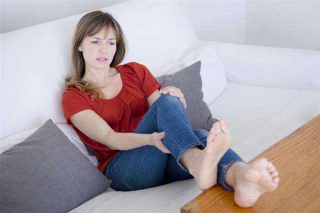 • Bacak ve ayaklarda şişme  Özellikle kilolu kadınlarda sık gözlenen bu bulgu çoğunlukla önemsenmiyor. Ancak özellikle her iki bacakta gelişen, bastırınca iz bırakan ve cildi geren şişkinlikler kalp yetersizliğini işaret edebiliyor. Tek taraflı şişkinliklerde ise daha çok toplardamar hastalıkları rol oynuyor.