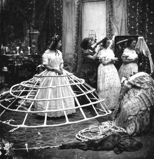 Crinoline: Bir korseyle birlikte giyilen bu giysi dünyanın en rahatsız modasıydı. Viktorya döneminden bir kalıntı olan 1.5 metre genişliğindeki 'crinoline'ler kapılardan geçmek gibi basit günlük işleri bile bir soruna dönüştürüyordu. Bu hesapla topuklu ayakkabılar bile rahatlık örneği olabilir.
