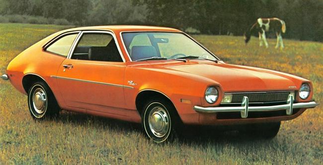 """Ford Pinto: Ford'un 1971 yılında piyasaya çıkardığı bu modeli tarihin en kötü otomobillerinden biri olarak tarihe geçti. Otomobile arkadan çarpıldığında gerçekten patlama eğilimi göstermesi bunun için yeterli bir sebep. Pinto'yu asıl rezil eden şey ise sorunun detayları öğrenildiğinde """"tamir etmektense kurbanlara tazminat ödemek daha ucuz olur"""" şeklindeki şirket içi mesajın ortaya çıkması oldu."""