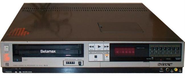 Betamax: Pazarlamanın çarpıklığının boyutlarını göstermesi açısından Betamax kötü bir ürün değildi. Video savaşlarında karşısında VHS'yi bulan Sony, Betamax'ı tamamen hazır olmadan piyasaya sürerek yarışta öne geçmeyi denedi. Ancak Betamax bir saat video kaydederken, VHS iki saat video kaydedebiliyordu. Bu küçük avantaj VHS'nin piyasada güçlü bir yer elde edip, orada kalması için yeterli oldu. Betamax ise sadece bir dipnot haline geldi.