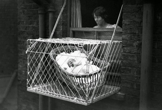 Bebek kafesi: 1930'lu yıllarda Londra'da bebekleri koyacak yer bulamayan dadılar bebek kafeslerine yöneldi. Bebek kafesi adı üzerinde tellerden yapılmış, patenti de 1922'de ABD'de alınmış ürkütücü bir icattı. Çocuğu kafes içinde pencerenin önüne çıkartabiliyordunuz. Riskli mi? Belki. Ama en azından kullanışlı. Çok tatlı, çok hastalıklı.