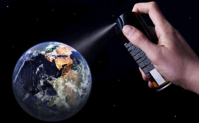 CFC'ler: Kloro-floro-karbonlar (CFCs), çevreye çok büyük zararı dokunan oldukça kimyasal bileşikler. Buzdolaplarında kullanılan bu bileşikler ozon tabakasını delmekte en büyük rolü üstlenen maddelerin arasında geliyor. 1970'lerde kullanımları azalmasına rağmen, atmosferde 100 yıl kalabiliyor.