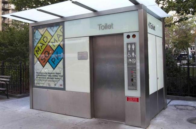 Ödemeli tuvalet: Vakit nakittir. Ancak bu mantık sizce tuvaletlere uygulanmalı mıydı? 1970'lerin ortalarında, ABD'de kamu tuvaletlerinde her çekilen sifon için ücret kesmek gibi bir alışkanlık vardı. ABD'nin Chicago başta olmak üzere birçok kenti uygulamaya karşı gelirken, New York tersi istikamete yöneldi. Ocak 2008'de kullanıma giren tuvaletler, 25 sent (39 kuruş) karşılığında 15 dakikalık tuvalet hizmeti sunmaya başladı. Ancak, 15 dakikanın sonunda otomatik olarak fiş kesen tuvalet-kulübenin, kapısını süre dolar dolmaz açmak gibi bir özelliği vardı. Yani, o esnada kullanıcı nasıl bir haldeyse o şekilde açıkta kalıyordu.
