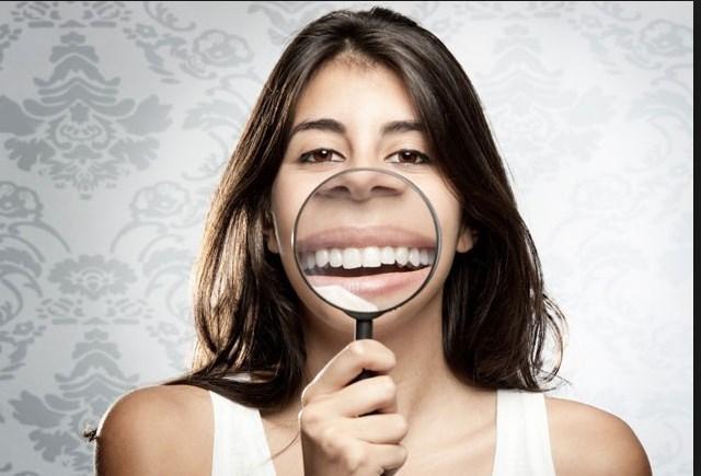 """Gülümseme kontrolleri: Mutlu olun, aksi takdirde sonuçlarına katlanın. Japonya'nın Keihin Electric Express Railway şirketi, bir yazılım kullanarak sabahları çalışanları gülümsele kontrolüne tabi tutmaya başladı. Yazılım, çalışanların gülümsemelerini 0 ile 100 arasında puanlıyordu. Daha salakça olabilmesi için, çalışanları gün içinde motive etmesi adına """"ideal bir gülümseye"""" ait resmi yanlarında taşımaları gerekiyordu."""