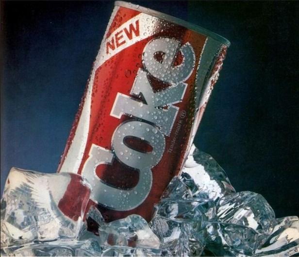 """Yeni Cola: Pazarlamacıların bilmesi gereken bir şey var: Tüketicilerin bir ürüne hissettikleri duygusal bağlılıkla şaka olmaz. Özellikle de bu ürün 99 yaşındaki Coca Cola'ysa. Cola'nın 23 Nisan 1985'te piyasaya sürülen """"daha yeni, daha tatlı"""" versiyonu lezzet testlerinde başarılı oldu ancak gerçek dünyada tam bir hayal kırıklığına dönüştü. Cola'nın hayranlarından gelen telefonlar, mektuplar ve abartılı şikayetlerle birkaç hafta içinde Yeni Cola piyasadan kaldırılıp eskisi kutuların ve şişelerin üzerindeki """"klasik"""" ifadesiyle yeniden piyasaya sürüldü. Böylece tüketiciler de eski aşklarına yeniden kavuşmuş oldu."""