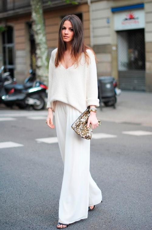 Beyaz bol kesim bir pantolon her daim kurtarıcınız olabilir!  Beyaz bol kesim bir pantolon mutlaka edinilmeli diye düşünüyorum. Bu tarz bir pantolon vücut yapınıza göre bir crop topla ya da bir bluzla tamamlanabilir. Bu durumda her ortama uyabilecek beyaz kombinler ortaya çıkacaktır.