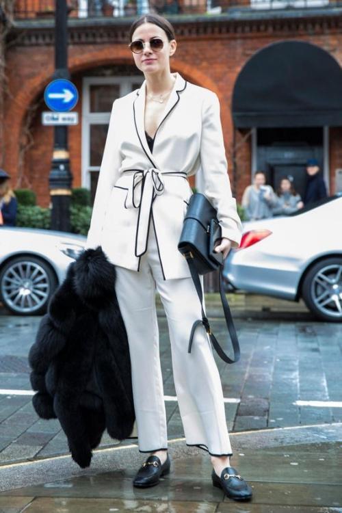 Ofis şıklığınızda beyazın yeri bir başka!  Baştan aşağı beyaz kombin yapmak ofis stili için pek düşünülmese de, bence oldukça güzel bir alternatif oluşturuyor. Isınan hava ile birlikte beyaz, kısa paçalı, bol pantolonlarınızı beyaz bir ipek gömlekle tamamlayabilir, altına da beyaz bir stiletto ile kıyafetinizi vurgulayabilirsiniz. Kıyafetlerde farklı dokuların kullanılması beyaz kombininize hareket katacaktır.