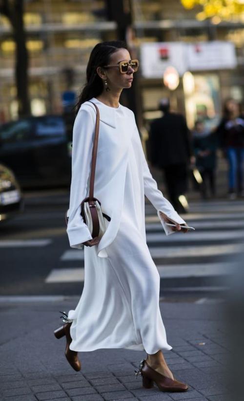 Evet kışın doyasıya giydik beyaz kıyafetleri ama artık yaz aylarına doğru hızla ilerliyoruz. Şimdi daha çok beyaz giyme, hatta baştan aşağıya beyaz giyme zamanı! Bu nedenle, moda dünyasının göz bebeği olan beyaz rengin nasıl kombinlendiğini araştırdım. Sokaklarda güneş gibi parıldayan beyaz kombinleri derledim. Belki size de güzel fikirler verir ümidiyle de yazımı hazırladım. :) Şimdi ise beyaz kıyafetlerle kombin yapmanın püf noktalarını okuma ve kombinleri inceleme zamanı...