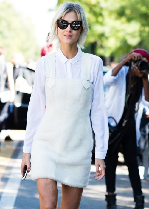 Beyaz salopet içi beyaz gömlek mi?  İşte farklı, çok sade ve çok dikkat çekici bir kombin karşınızda. :) Beyaz bir salopet edinme fikri kulağa hoş geliyor, ne dersiniz? Hele bu salopet farklı bir kumaş türüne sahipse, daha bile özel olabilir.