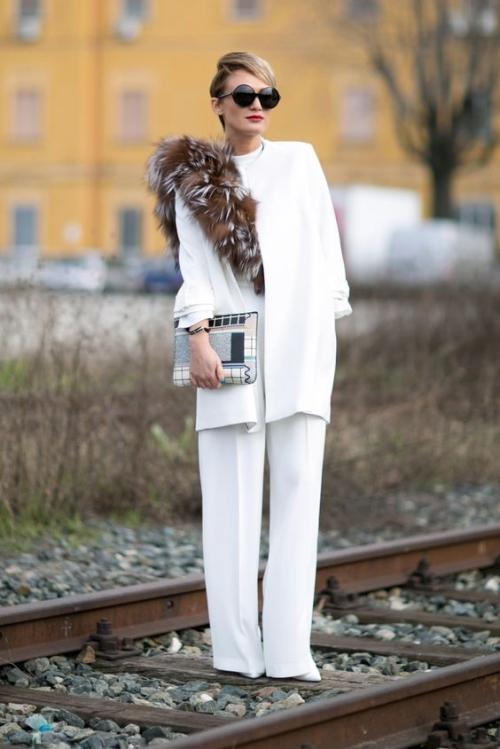 Şık bir davete giderken yine tercihiniz beyaz olabilir!  Beyaz ceket pantolon takımlar şık davetler için oldukça kullanışlı ve gösterişlidir. Gösterişin dozunu arttırmak içinse aksesuarlardan destek alabilirsiniz.