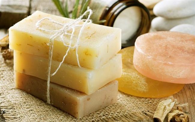 Çeşitli bitki özleriyle hazırlanan doğal sabunlar kanıtlanmış faydalarıyla biliniyor. Öyle ki cildimizde oluşan sivilcelenme, kırışıklar ve sarkmalardan saç bakımına kadar pek çok alanda etki sağlıyor. Peki birçok faydası olan bu sabunlar hangi derdin çözümü?