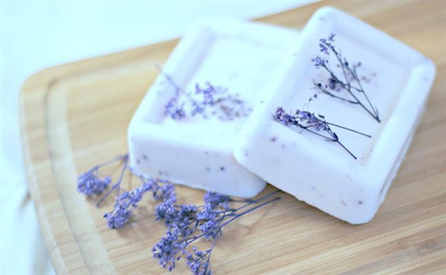 Lavanta sabunu  Lavantanın rahatlatıcı, uyarıcı etkisi ve hoş kokusu cilde tazelik ve canlılık verir. Düzenli kullanımda sivilceleri azaltır.