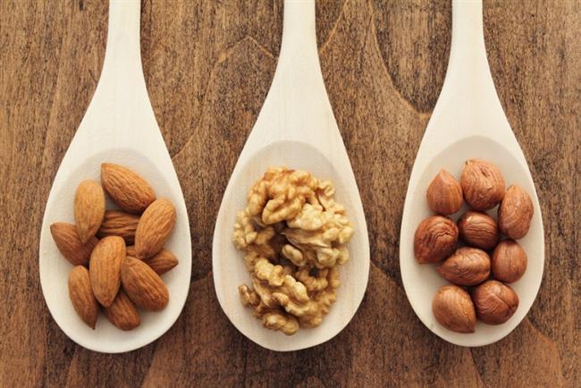Ceviz, badem, fındık  Ceviz, badem ve fındık içerdikleri Omega-3 ve E vitamini sayesinde kandaki kötü kolesterolün düşmesinde ve iyi kolesterolün artmasında yarar sağlıyor, kanda pıhtılaşmayı azaltıyor ve trigliserid seviyesinin düşmesinde etkili oluyor. Bu önemli faydaları nedeniyle ceviz, badem ve fındık düzenli olarak tüketmeniz gereken önemli besinler arasında yer alıyor. Özellikle de balık sevmiyorsanız. Her gün 2-3 adet tam ceviz, 8-10 adet çiğ badem ya da fındık tüketmeye özen gösterin.