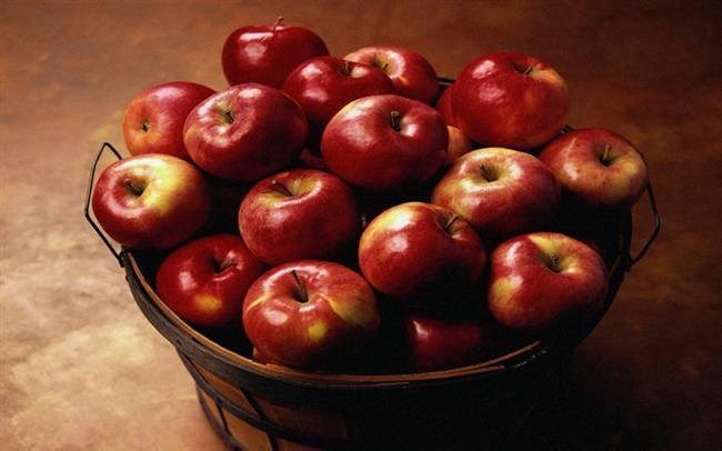 Elma  Kalp hastalıklarından korunmak için meyve ve sebzeleri soframızdan eksik etmememiz çok önemli. Elma özellikle pektin içeriği ile kalp sağlığımız için düzenli olarak tüketmemiz gereken meyvelerden biri. Bunun nedeni ise suda çözünen posa olan pektinin kötü kolesterolü düşürerek kalp hastalıklarına yakalanma riskini azaltması. Kalp sağlığınız için her gün 1 adet orta boy elma yemeyi ihmal etmeyin.