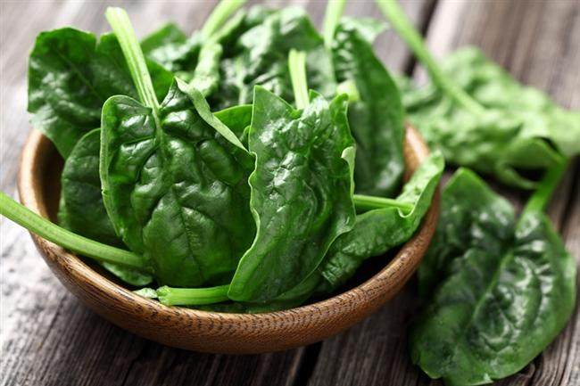 Ispanak   Ispanak potasyum ve posadan zengin bir sebze. Potasyum kan basıncının kontrol altına alınmasında ve kolesterolün düşürülmesinde fayda sağlıyor. Ayrıca kalp kasının düzenli çalışmasında da etkili oluyor. Posa da kan kolesterol düzeyinin düşürülmesine yardım ediyor.  Ispanağın yanı sıra; semizotu ve brokoli gibi yeşil renkli sebzeler de kalp sağlığımız için önemli besinler arasında yer alıyor. Bu önemli faydaları nedeniyle yeşil yapraklı sebzeleri sofranızda haftada 2-3 kez bulundurmamız gerekiyor.
