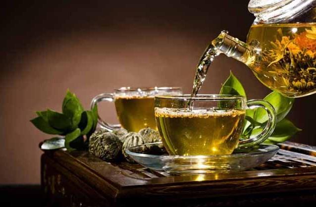 """""""Yeşilçay ile kansere savaş açın""""  Polifenol içeren yeşil çay özellikle kansere karşı koruyucu etkisi ile karşımıza çıkmaktadır. Yeşil çayın mide ve bağırsak kanserine karşı olumlu etkisi olduğu bilinmektedir. Kanser büyümelerinin yavaşlaması ve benzeri yayılımların önlenmesinde oldukça etkili olduğunu gösteren çalışmalar da mevcuttur."""