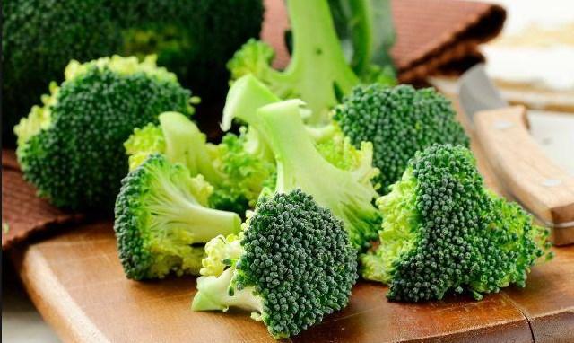 """""""Çiğ brokolinin tadı acı olsa da koruyucudur""""  Brokoli çiğ yendiğinde acı bir tat verse de bu acı tadın kansere karşı koruyucu etkisi bulunmaktadır. Kolon ve prostat kanseri riskini azaltma ve kanserden korunma konusunda etkilidir."""