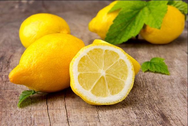"""""""Limon doğallığı ile koruyucu""""  Kabuğu ince soyulup tüketildiğinde yüksek antioksidan içeren limon, kansere karşı koruyucu etkisi olan besinlerdendir. Özellikle karaciğer, akciğer, mide ve deri kanserinde koruyucu etki gösterirken meme ve pankreas kanserleri tedavi süreçlerinde beslenme planında yer alabilmektedir."""