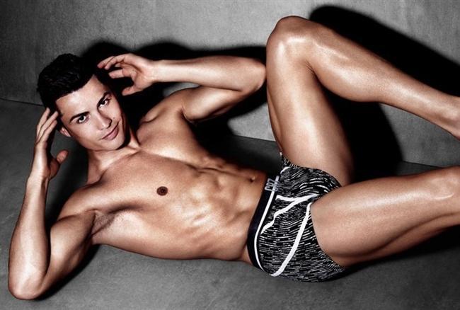 Yine erkeklere göre bacaklar, Cristiano Ronaldo'nun olduğu gibi pürüzsüz olmalı...