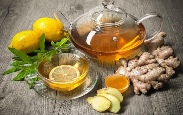 Ağrı kesici gibisin: Zencefil çayı  Tamam, kabul ediyoruz. Tadı azıcık acı ama birazdan sayacağımız faydalarını duyunca daha bir sevdirecek kendini zencefil çayı. Artık umudunuzu kestiğiniz sindirim sisteminize sihirli bir değnek dokunmuşcasına çalıştırır. Kramplarınızın, mide ve bağırsak ağrılarınızın azalmasına yardımcı olur. Dolaşım sisteminizi uyararak, düzenli çalışmasını sağlar.