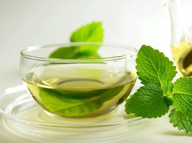 Bak yeşil yeşil: Isırgan otu çayı  Yapraklarındaki bileşenler sayesinde ısırgan otu birçok derde deva olduğu gibi şişkinliği yok ederek kabızlığa da iyi gelmektedir. Bir fincan sıcak suyun içerisine bir çay kaşığı kurutulmuş ısırgan otu koyabilirsiniz.