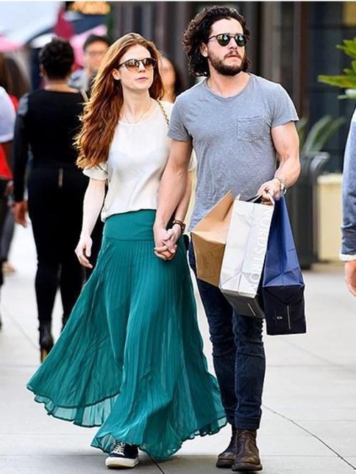 Kit Harington & Rose Leslie  Milyonları ekrana kitleyen, dünyaca ünlü Game of Thrones dizisinde; Jon Snow öldü mü ölmedi mi söylentileri süredursun, bu karakteri canlandıran Kit Harington'dan güçlü kalp atışları duymak mümkün. Zira kendisi dizideki ilk aşkı Ygritte'i oynayan Rose Leslie ile gerçek hayatta da bir ilişki içerisinde.