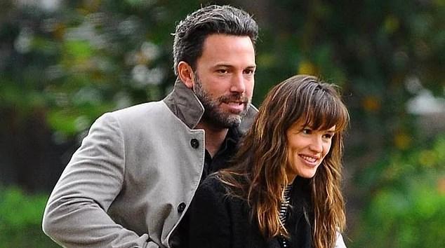 Ben Affleck & Jennifer Garner  Set aşklarına bir türlü doyamayan Ben Affleck eski eşi Jennifer Lopez'le de Jersey Girl filminin çekimleri sırasında tanışmıştı. Daha sonra Daredevil dizisinde tanıştığı Jennifer Garner ile aşk yaşamaya başladı. Ünlü çift 2005 yılında evlenip uzun yıllar evli kaldıktan sonra geçtiğimiz sene boşanacaklarını açıklamışlardı.