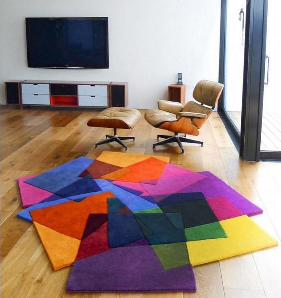 Modern tarz evlerde minimalist, geometrik şekilli veya düz renk halılar seçilmelidir