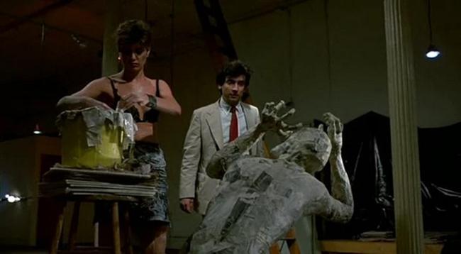 Geç Saatler (1985)  New York'ta keyifli ve lüks bir yaşam süren bilgisayar programcısı Paul Hackett, bir kafede tanıştığı Marcy'yle akşam için randevulaştığında Manhattan'ın varoşlarında onu bekleyen gece macerasından henüz habersizdir.