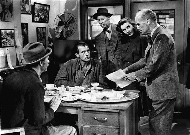 Meet John Doe (1941)  Bir muhabir talihsiz meslek hayatını canlandırmak için yalan habere başvurur. ABD'de isimsizleri isimlendirmek için kullanılan John Doe adı ile, basit bir vatandaştan gelmiş gibi mektup yazar. Buna göre John Doe, Noel akşamı belediye binasından atlayıp intihar edecektir.