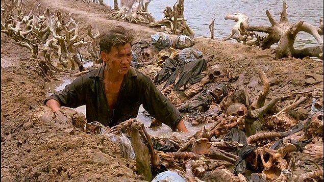 Ölüm Tarlaları (1984)  Bir fotoğraf muhabiri olan Sydney, Kamboçya'da görevdedir. Orada devam etmekte olan iç savaş hakkında yazması gerekir. Aynı zamanda New York Times'ın bölge muhabiri olan arkadaşı ve çevirmen Dith, ona eşlik etmektedir.