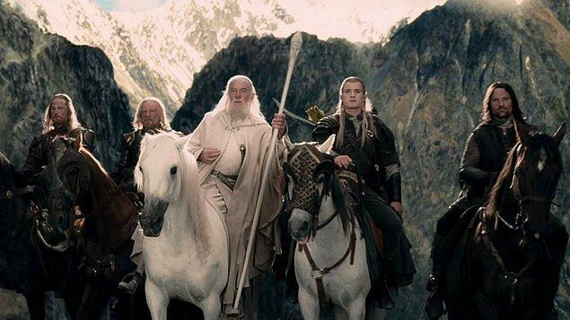 Yüzüklerin Efendisi: İki Kule (2002)  Yüzük Kardeşliği üyelerinin her birinin, kardeşlik bozulduktan sonra başlarına gelenler anlatılıyor. Kahramanlarımız, gruplar halinde Orta Dünya'nın en tehlikeli yerlerinde maceralar yaşayacaklar, yeni kavimler ve çoktan unutulmuş medeniyetlerle tanışacaklar.