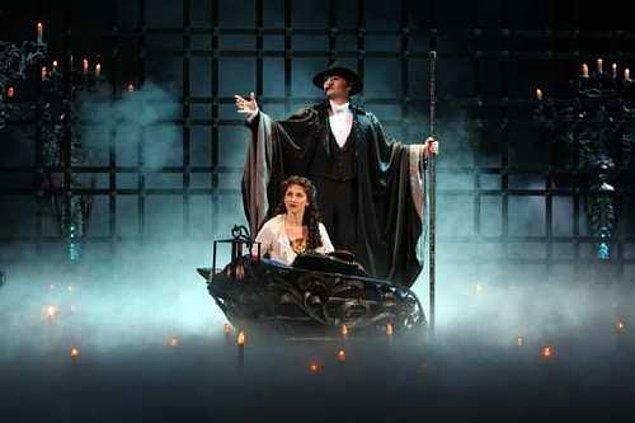 Operadaki Hayalet (2004)  Film, bir opera hayaletinin French Opera House'daki oyuncuları ve koro şarkıcısı olan ve özel olarak çalıştırılan Christine'i tehdit etmesi ile başlıyor. Hayalet, baş sopranoyu nihayet delirtir ve kaçmasına neden olur. Ancak bir geceliğine onun yerini alan Christine sayesinde şov, gala gecesinde çok beğenilince kaçan yıldız, rolünü geri ister.