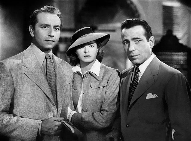 Kazablanka (1942)  Humphrey Bogart ve Ingrid Bergman'ın unutulmaz oyunculukları ile kült olmuş bir yapımdır. 2. Dünya Savaşı sırasında Fas'ın Kazablanka kenti, Hitler'den kaçan Avrupalılarla rengarenk, çeşitli bir görünüm kazanmıştır. Rick Blaine karakteri, şehrin en popüler barını işletmektedir.
