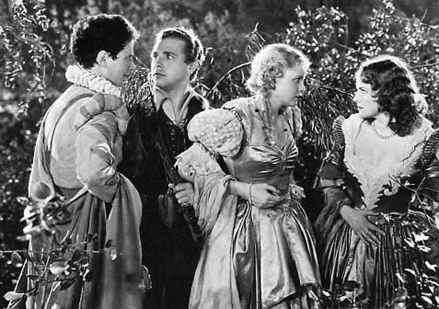 Bir Yaz Gecesi Rüyası (1935)  Tüm Shakespeare eserlerinde olduğu gibi bu filmde de görünüşte birbiri ile fazlaca ilgili olmayan olaylar dizisi sonunda ortaya çıkan tek bir olay ile birbirine bağlanır. Aşk, evlilik ve büyü ana temaları üzerine kurulu bu yanlışlıklar komedisinde olaylar Eski Yunan'da bir düğün etrafında gelişir.