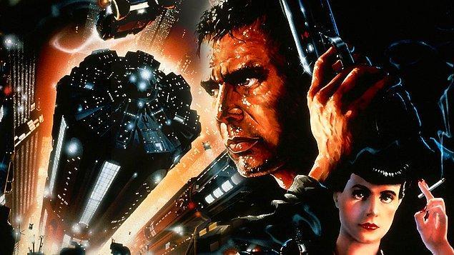 """Ölüm Takibi (1982)  Film, 2019 yılında Los Angeles şehrinde geçer. Tyrell Şirketi'nin ürettiği replicantlar (kopya) köle gibi çalıştırılmaktan bıkıp dünya dışı bir gezegende isyan başlatır. Bir uzay gemisine binip dünyaya gelirler. Sorun çıkaran replicantları bulup öldürmek için çalışan """"Bıçak Koşucuları"""" adlı polis birimi, isyancı replicantları bulmak için Holden'ı görevlendirir."""