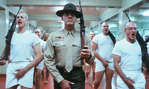 Full Metal Jacket (1987)  Bir grup acemi asker kendilerini nasıl bir eğitimin beklediğinden ve nasıl bir işin içine girdiklerinden habersiz bir biçimde üstlerinin önünde dikilmektedirler. Askerlik ve savaş kavramlarının ciddiyetlerini fark etmeleri için savaşa gitmeleri gerekmeyecektir.