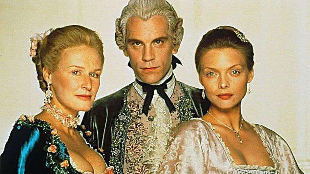 Tehlikeli İlişkiler (1988)  Son derece zengin ama sıkıcı bir hayat yaşamakta olan aristokratlar, tutku ve ihanet etrafında türlü oyunlar oynayarak hayatlarını renklendirmeye çalışırlar. Özellikle de bunu, başkalarının yaşamları üzerinden yaparlar.