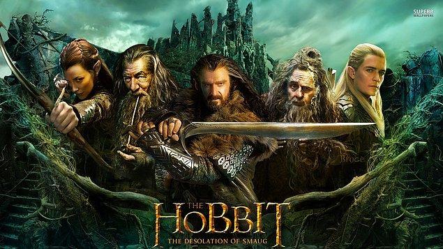 Hobbit: Smaug'un Çorak Toprakları (2013)  Thorin Meşekalkan'ı ve beraberindeki 12 cüce ile çıktığı yolculuğu doğuya, Kuytuorman'a doğru sürdürmektedir. Ejderha Smaug'un yıllardır hüküm sürdüğü Yalnız Dağ'a ve kayıp Erebor Cüce Krallığı'na ulaşmak için atıldıkları macerada başlarına yine akıl almaz belalar gelecektir. Ormanın girişinde Büyücü Gandalf'tan ayrılmak zorunda kalan ekip, dev Örümcek sürünün ağlarından kurtulduklarını sanarlarken, savaşı orman elflerinin esiri olurlar.