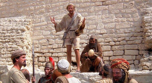 Brian'ın Hayatı (1979)  İki bin yıl önce üç bilge adam bir yapıya girip kralları için dua edeceklerdir. Yanlış odaya giren adamlar burada kundağa sarılmış bir bebek bulurlar. Bebeği kutsal sayan adamlar ona İsa ismini verirler. Kutsal bir varlık olarak görülen bu bebek, Brian, çevresi tarafından hayatı boyunca Mesih olarak saygı görecek; bu süreç boyunca din, siyaset, iktidar ve insanoğlu ile ilgili trajikomik olaylar yaşanacaktır.