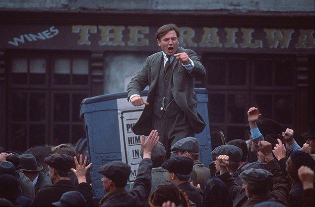 Özgürlüğün Bedeli (1996)  Bir grup isyancı 1916 yılında İrlanda'da Dublin Posta Binası'nı kuşatarak başkaldırıda bulunur. Bu isyancıların başında Eamon De Valera vardır ve kurtulan tek kişidir. İrlanda, çok uzun yıllardır İngiltere'nin yönetiminden kurtulma çabasında, bağımsızlık mücadelesi vermektedir. Bu olayda söz konusu liderin tüm destekçileri hapse girerler.
