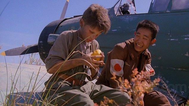 Güneş İmparatorluğu (1987)  Jim Graham, ailesiyle birlikte Şanghay'da iyi koşullarda bir yaşam sürmektedir. Fakat İkinci Dünya Savaşı'nın bütün dünyayı saran ateşinden Şanghay da kurtulamaz ve Japonya tarafından işgal edilir. İşgal sonucu değişen bütün hayatlar gibi, Jim ve ailesi için de her şey altüst olur.