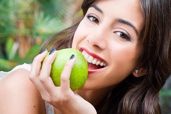 Pirinç Diyeti 1. Gün  Sabah: 1 bardak maden suyu, 1 adet elma, elma pektini Öğle: Dana eti ( 1 yemek kaşığı yağ ile sotelenmeli içine kırmızı biber, 40 gram kadar pirinç eklenerek pişecek ), Salata ( yeşillik, salatalık, havuç ve domates eklenmeli elmas sirkesi ve 1 tatlı kaşığı yağ ile yapılmalı ), 1 adet elma Ara öğün: 1 kase elma ve yoğurt karışımı, 1 bardak yeşil çay Akşam: 40 gram haşlanmış pirinç, 40 gram kaşar peyniri, 1 adet elma (Hepsini karıştırın 1 yemek kaşığı soya ve 1 yemek kaşığı sıvı yağ ile yapılmalı)
