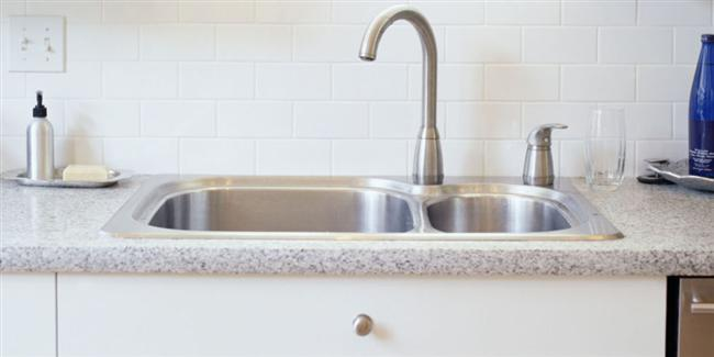 Lavabo Tıkanıklığı İçin  Lavabonuz tıkandı ve evde pompanız yok. Ama çamaşır sodanız varsa, üzerine biraz kaynar su ekleyin ve bunu delikten dökün. Lavabonuz anında açılacaktır.