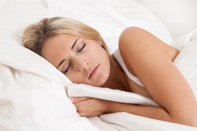 Daha Erken Uyuyun!  Araştırmalar uykusuzluğun kilo verme üzerinde önemli bir etkisi olduğunu gösteriyor. Uykusuzlukla bağlantılı olan 2 önemli hormon var; leptin ve ghrelin. Siz yeteri derecede uyuyamadığınızda ve uykunuzu alamadığınızda iştah baskılayıcı olan leptin hormonunun seviyesi düşüyor ve sizi yemeye teşvik eden ghrelin hormonunun düzeyi artıyor. Bu durum ne kadar az uyursak, daha fazla yeme şansımızın o kadar yüksek olduğunu gösteriyor. Ayrıca ne kadar çok uykusuz kalırsak iştah artışına o kadar kayıtsız kalıyor ve bilinçsizce tüketmeye devam ediyoruz. Buradaki tek çözüm yolu, yeterli derecede uyumak. Günde en az 7 saat uyumaya çalışın. Son donemlerde yapılan bir çalışma obez ve zayıf bireylerin uyudukları uyku saatleri arasında haftada 2 saatlik bir fark olduğunu gösteriyor. Araştırmaya göre zayıf bireyler obez bireylere göre günde 17 dakika daha fazla uyuyor.