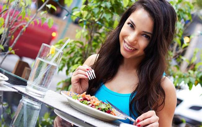 Tat Duygunuzu Canlandırın!  Pul biber, ateşli sos, sıcak salsa sosu gibi baharatlı malzemelere karşı açık olun ve bu acı baharatları yemeklerinizde mutlaka kullanın. Sahanda yumurtanıza biraz pul biber ekleyebilir veya salatalarınızı/dipsoslarınızı acı biberle tatlandırabilirsiniz. Bunu neden mi yapmalısınız? Çünkü yeni yapılan çalışmalar yemeğinize biraz acı eklemenin iştahınızı baskılamaya yardımcı olacağını ve metabolizmanızı bir nebze hızlandıracağını söylüyor! Yapılan bir çalışma, öğlen yemeğinde yiyeceklerinde acılı baharatlar kullanmaya başlayan katılımcıların akşam yemeğinde 60 kalori daha az tükettiklerini ve 10 kalori fazladan yaktıklarını gösteriyor.