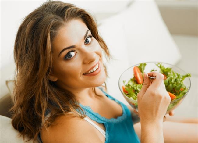 Kendinizi Aç Bırakmayın!  Kilo vermek için düşük kalorili beslenmeyi göze alsanız bile, sık sık beslenerek metabolizmanızı canlı tutmayı ve günlük ortalama 1000 kalorinin altına düşmemeyi kural haline getirmelisiniz. Besinler vücudunuzun yakıtıdır, bu yüzden siz vücudunuzu aç bırakır veya günlük aldığınız kaloriyi 1000 kaloriden az olacak şekilde sınırlarsanız, metabolizmanız vücudunuzun yaşamını sürdürebilmesi için daha yavaş ve daha tutumlu çalışmaya başlayacak (bu da daha az kalori yakması anlamına geliyor). Metabolizmanızı yanan bir ateş gibi düşünün. Bu ateşin sürekli olarak yanması ve alevlenmesi için kısa aralıklarla odun atmaya devam edin. Unutmayın eğer odun atmazsanız ateş mutlaka sönecektir.