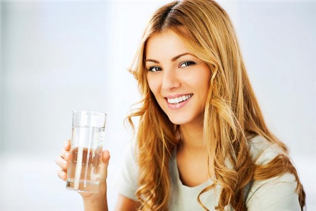 Vücudunuzu Susuz Bırakmayın!  Sağlıklı bir metabolizma için su tüketmeniz şart! Vücudunuzun %60'ının su olduğunu düşünürseniz, vücut fonksiyonlarını sağlıklı bir şekilde yerine getirebilmek için su içmenin ne kadar gerekli olduğunu anlayabilirsiniz. Peki ne kadar su tüketimi yeterli olur? Tıp Enstitüsü'ne göre kadınlar için günlük ortalama 9 bardak , erkekler için ise ortalama 13 bardak yeterli oluyor. Düzenli olarak spor yapanlar ve sıcak iklimde yaşayan kişiler bu miktarlardan daha fazlasına ihtiyaç duyabiliyorlar. Unutmayın kahve, çay gibi hiçbir içecek çayın yerini tutamaz!