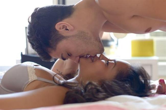 Erkek egzersizleri ve Lingam masajı  Bunu uygulamak biraz zor, zira belli tabuları yıkmanız gerekecek. Kadınlarda nasıl G noktası varsa, erkeklerde de genital organları ile anüsleri arasında bir perineum noktası var. Bu bölgede prostat bezleri bulunuyor. Bu bezlerin uyarılması da erkeğe normal orgazmda yaşayamayacağı boyutta bir haz veriyor fakat G noktasının uyarılmadığında uykuda olması gibi bu bölgenin de erkek bedeninde keşfedilmesi gerekiyor. Uygulamasında ise dışarıdan okşamalarda dairesel hareketler yapmak, yavaş hareket etmek ve sevişmenin ileri safhalarında yapılması öneriliyor. Anüs içinden parmakla uyarmak ya da seks oyuncakları denemek de mümkün. Toplumumuzda kolaylıkla, 'eşcinsel miyim?' sorusunu sorduracak bu uygulama için Batılı uzmanlar, 'Bu kesinlikle eşcinsellik değil' diyorlar. Bu masajı uygulamak için eşler arasında güven duygusu olması şart. Bazı erkekler aslında suçluluk duygusu içinde ve eşcinsellik kaygısıyla bunu gerçekleştiriyor. Bunu aşmanın yolu ise kendilerine kendi cinslerinden hoşlanıp hoşlanmadıklarını sormak. Bu sorunu cevabı hayır ise sorun yok demektir.